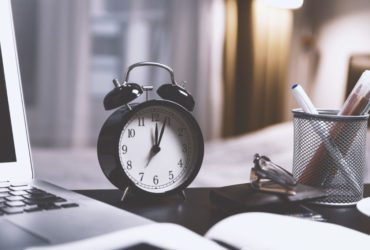 Clock on desk: how to profit through time management
